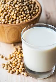 latte di canapa e semi sullo sfondo