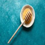 miele di cbd su sfondo azzurro