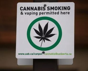 cartello che autorizza a fumare cannabis in pubblico in canada
